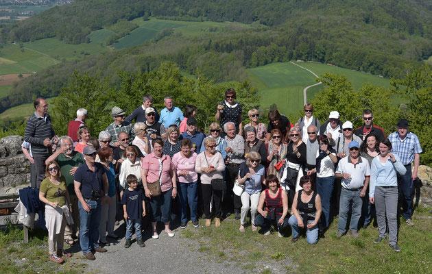 Abschiedsfoto auf der Küssaburg mit Gästen und GAstgebern