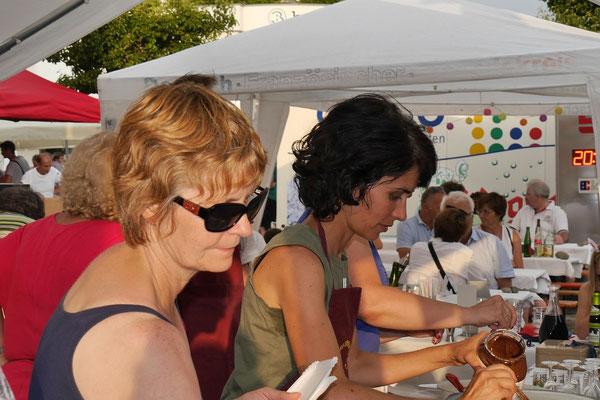 Nathalie Matthis aus der Partnergemeinde und Kathrin Kornmann-Wimmer sind eine große Hilfe.