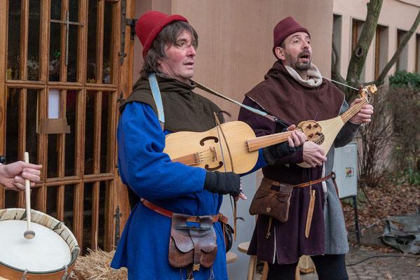 Auf dem Markt spielten Sänger und Spielleute.