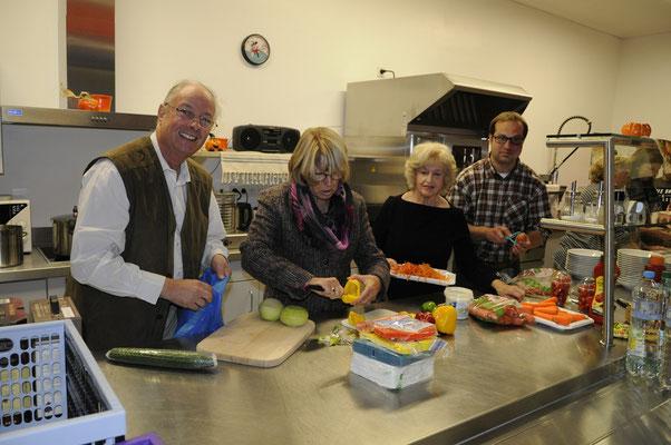 Eine Gruppe bereitet das Abendessen zu.