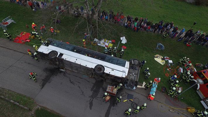 Angenommener Unfall: Ein Schülerbus ist umgestürzt