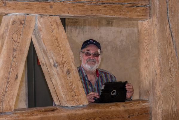 Bernard Daval zwischen wuchtigen Balken der alten Gebäude.