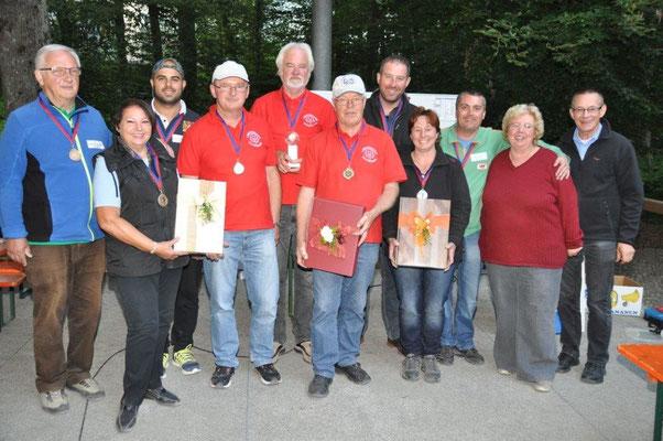Die Siegermannschaften und die Organisatoren Monika und Rudi Franck