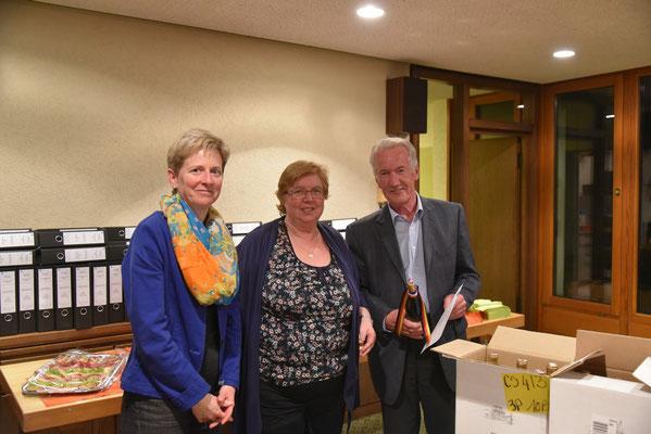 Barbara von Schnurbein und Monika Franck gratulieren Helmut Beiser.