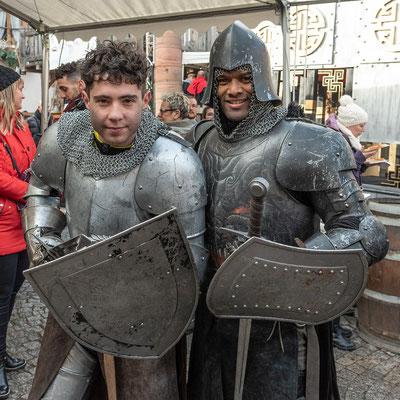 Junge tapfere Ritter kämpften in schweren Rüstungen.