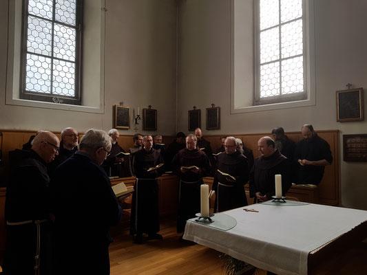 Brüder im Chor beim Gebet