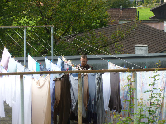 Br.Mathias beim Wäsche aufhängen in Näfels