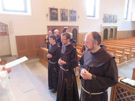 Die Brüder wurden von unserem Kustos Pater Raphael Fässler aufgerufen vor den Altar zu kommen. Danach wurde der hl.Geist angerufen. V.l.n.r. Br.Maximilian-Maria, Br.Mathias und Br.Martin
