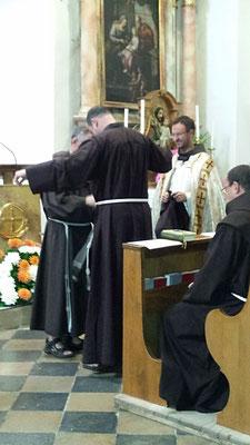 Br.Andreas empfängt das Ordensgewand (Habit)