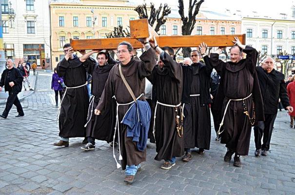 Teilnahme beim Kreuzweg. Die orthodoxen Kirchen feiern Ostern später als die katholische Kirche.