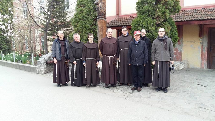Mit auf dem Foto Pater Csaba (zweite von links), der dieses Kinderheim in Deva mit einigen Helfern aufgebaut hat.