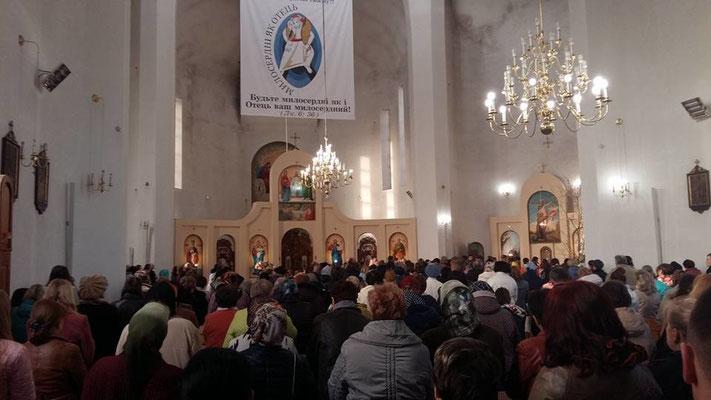 Immer voller Gottesdienst. Hier beim beten des Kreuzweges.
