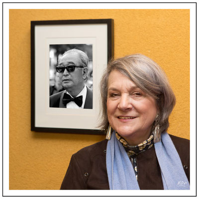 Catherine Cadou devant le portrait d' Akira Kurosawa