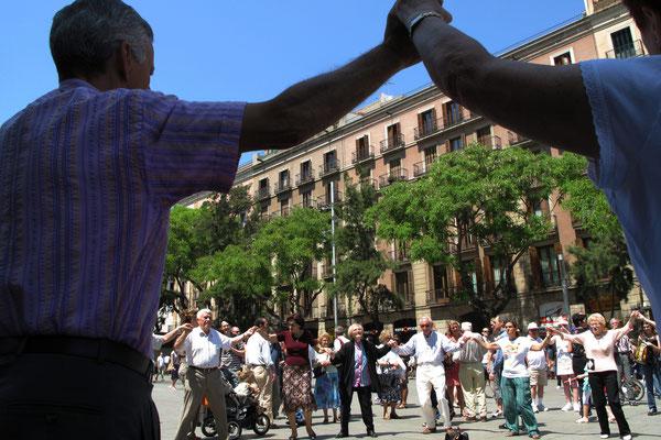 Kataloniens Nationaltanz, die Sardana, wird getanzt