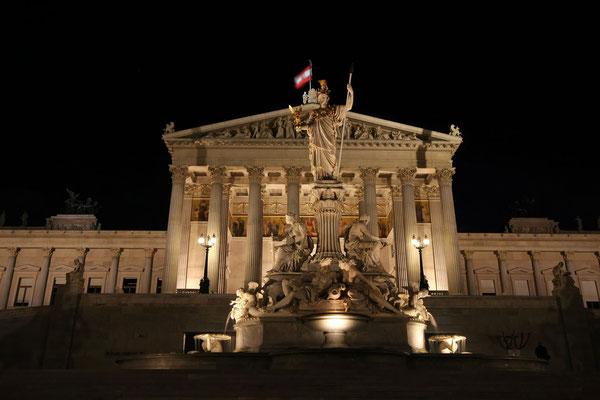 Parlamentsgebäude mit Athene-Brunnen