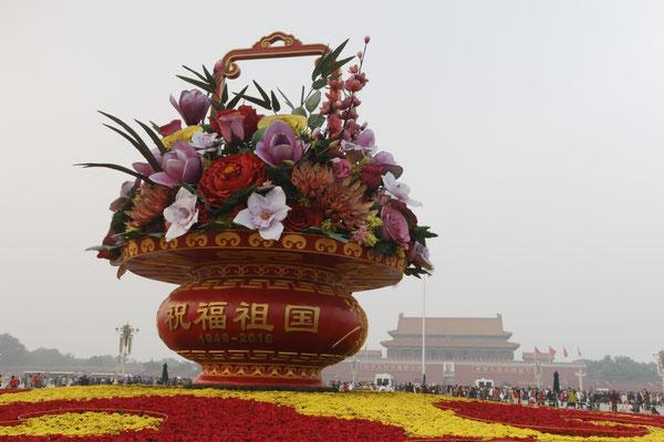 Gigantischer Blumenkorb auf dem Platz des Himmlischen Friedens