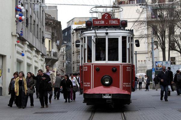 Alte Straßenbahn auf der Istiklal Caddesi (Stadtteil Beyoglu)