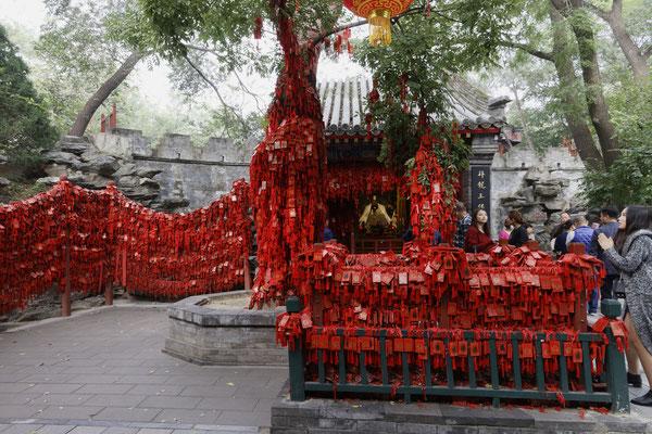 Residenz des Prinzen Gong, Wunschtäfelchen vor Altar
