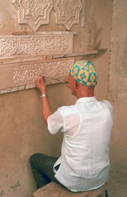 Handwerker beim Restaurieren alter Stuckornamente