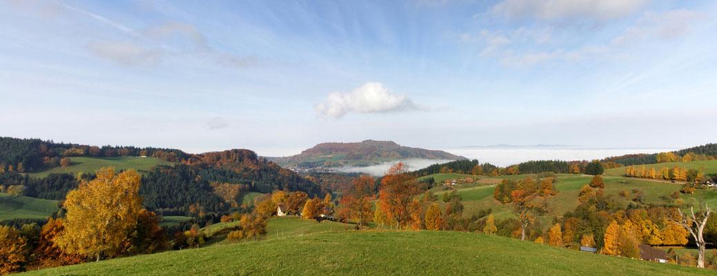 Blick auf den Schönberg im Herbst (Hexental bei Freiburg)