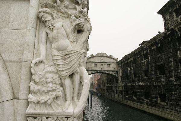 Skulptur des trunkenen Noah, dahinter die Seufzerbrücke