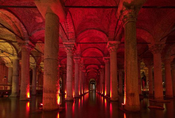 Im Inneren der Basilika-Zisterne (Yerebatan Sarayi)