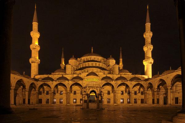 Innenhof der Blauen Moschee (Sultanahmet Camii) bei Nacht