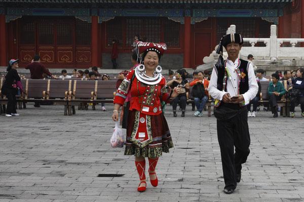 Kaiserpalast, Besucher in Tracht