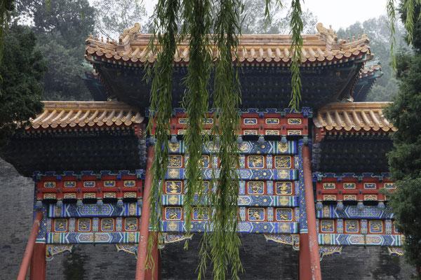 Schmucktor auf der Jadeinsel im Beihai-Park