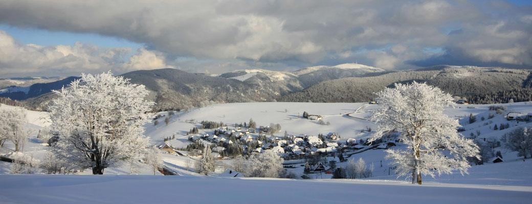 Blick auf den winterlich verschneiten Feldberg
