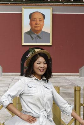 Ein Gesicht des modernen China vor historischer Kulisse