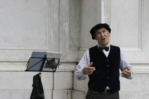 Ein Sänger, der Opernarien schmettert