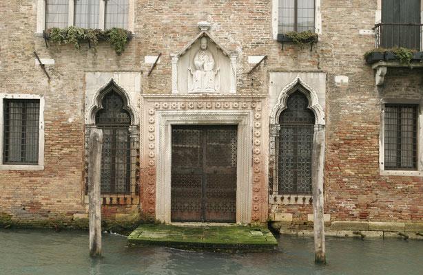 Portal einer ehemaligen gotischen Backsteinkirche