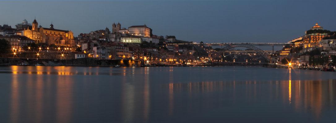 Blaue Stunde am Rio Douro in Porto