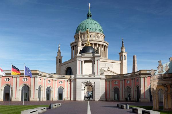Innenhof des Stadtschlosses (Landtag Brandenburg), im Hintergrund Kuppel der Nikolaikirche