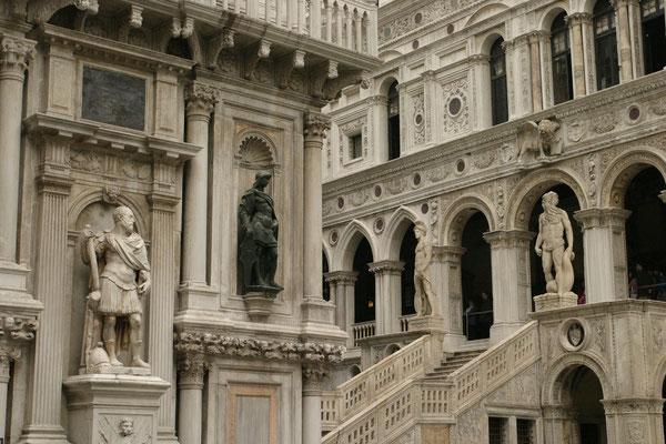 Innenhof des Dogenpalasts mit der Scala dei Giganti im Hintergrund