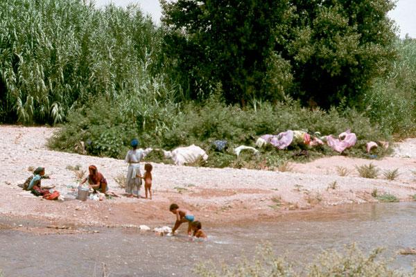 Große Wäsche am Fluss