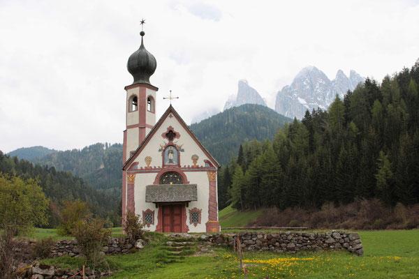 St. Johann in Ranui vor den Geislerspitzen