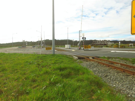 Kreisverkehr mit Bahnübergang  -  roundabout with train crossing