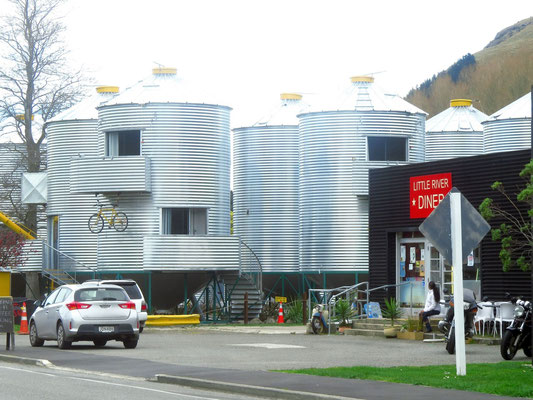 ein Motel aus Getreidesilos  -  a motel made from corn silos
