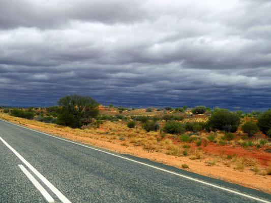 auf dem Weg in Richtung Uluru wird es dunkel - dark clouds on the way to Uluru