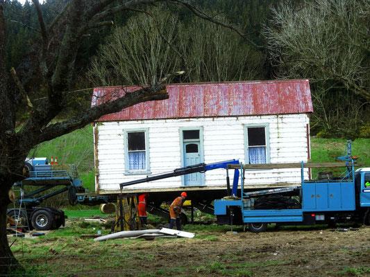 ein Haus wird umgezogen  -  moving house literally