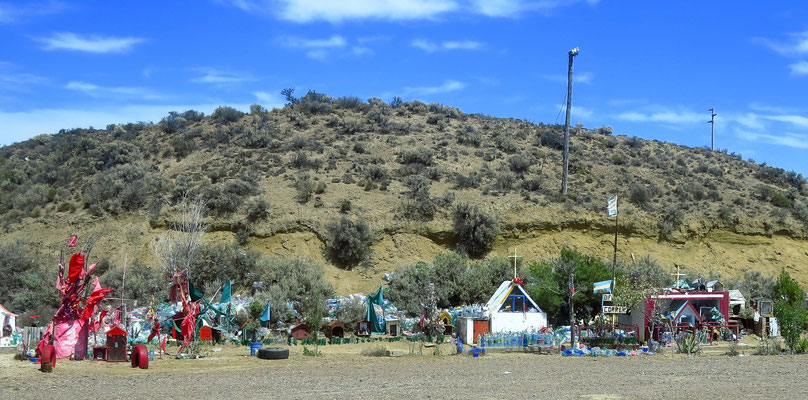 jede Menge Schreine mit Weihwasserflaschen  -  shrines at the roadside with bottles of holy water