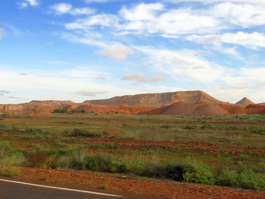 Opalminen kurz vor Coober Pedi -   opal mines start shortly before Coober Pedi