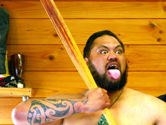 performing the Haka  -  Vorführung des Haka (Maorikriegstanz)