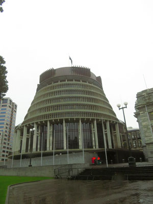 "the beehive, the executive wing of NZ parliament buildings  -  der ""Bienenstock"", von hier aus wird das Land regiert"
