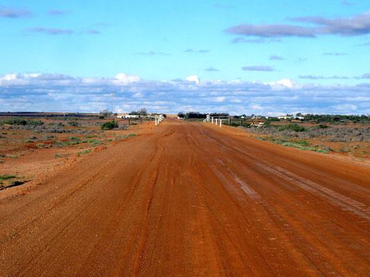 vor ein paar Tagen war die Strecke wegen Hochwasser geschlossen  -  a few days ago this road was closed because of floods