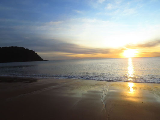 ein wunderschöner Strand läd zum  Angeln und Muscheln suchen ein  -  a beautiful beach invites us to go fishing and treasure hunting