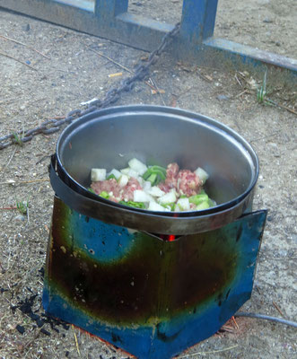mein täglicher Kampf mit dem rußenden Kocher  -  my daily battle with a faulty camping stove