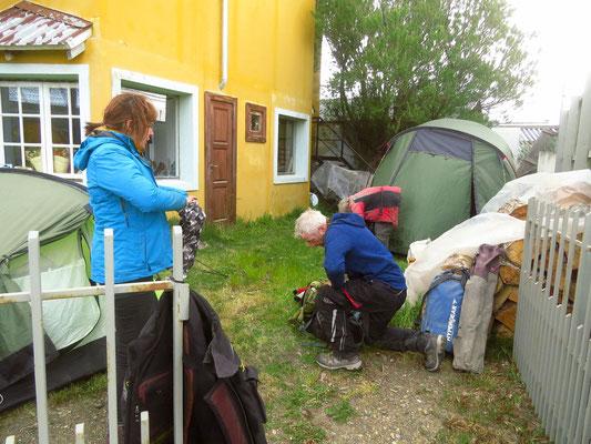 zelten im Garten einer Pension  -  camping in the garden of a guesthouse
